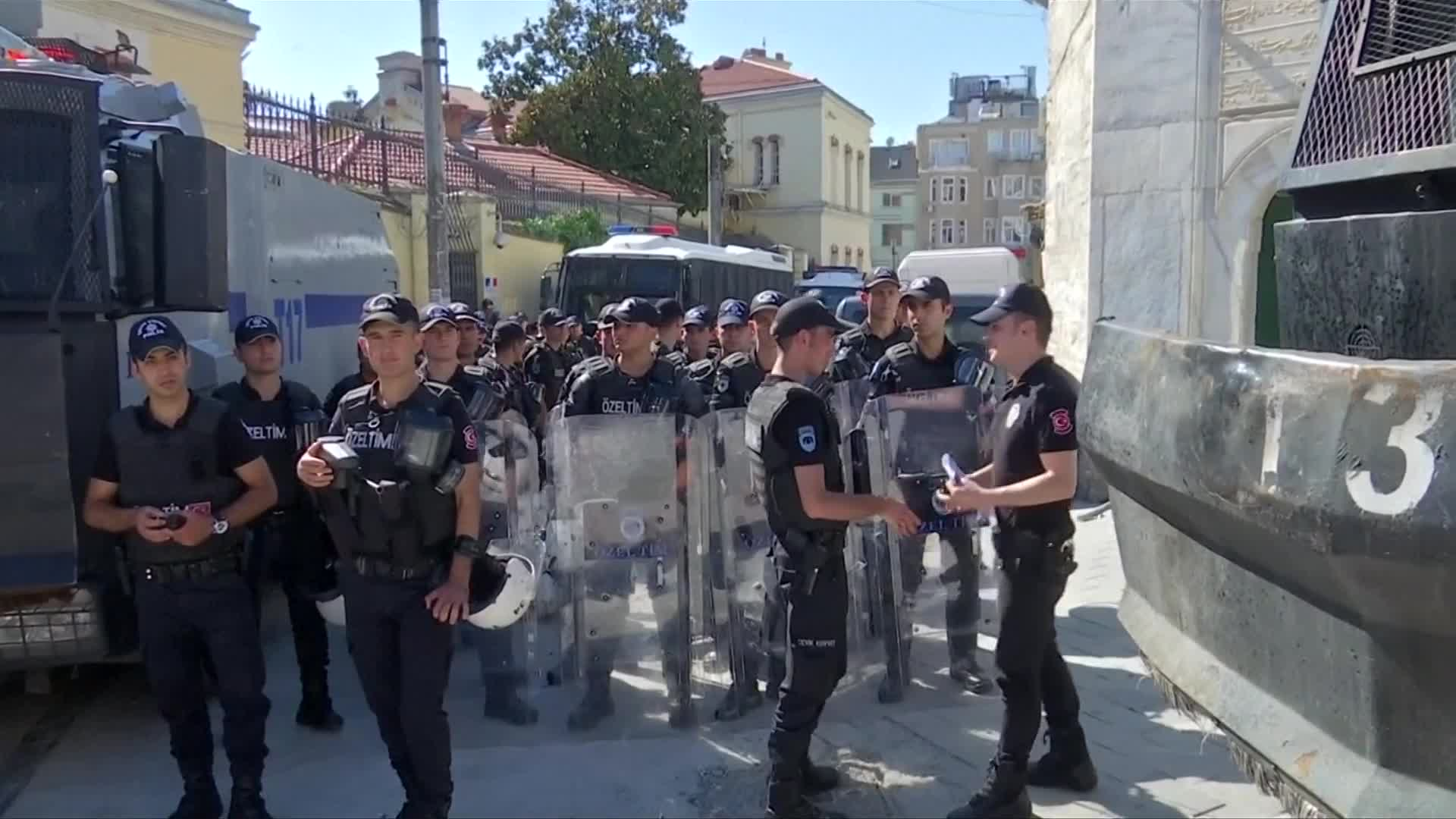 Turkish police disperse crowds at Istanbul's Gay Pride march | Current News Videos